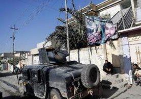 Una manta con el retrato del nieto de Mahoma, el imam Hussein, mientras pasa un vehículo militar iraquí. (AFP).
