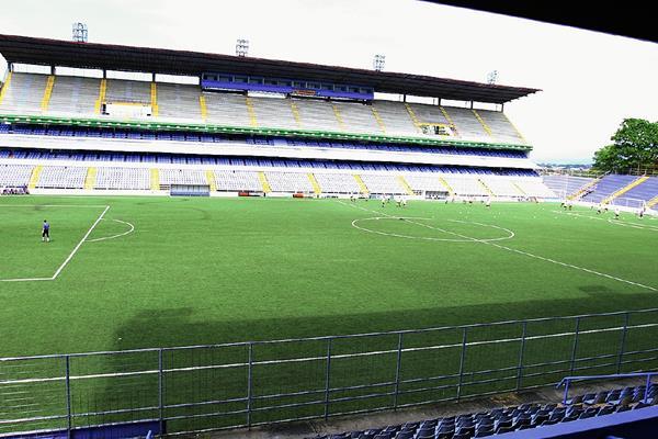 El Estadio Ricardo Saprissa ya no tendrá gramilla artificial, pronto se verá grama natural. (Foto Prensa Libre: Hemeroteca PL)