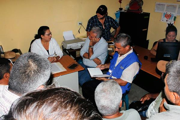 Personal de  la PDH escucha a pobladores de la aldea La Libertad, en Morales, Izabal, para solucionar conflicto por paso vecinal (Foto Prensa Libre: Edwin Perdomo)