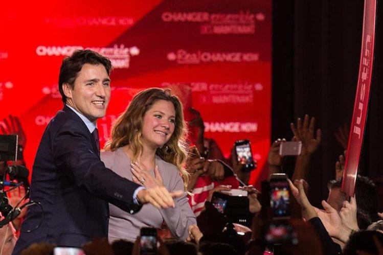 El primer ministro canadiense electo, Justin Trudeau y su esposa, Sophie, saludan a simpatizantes después de conocerse los resultados. (Foto Prensa Libre: AFP).