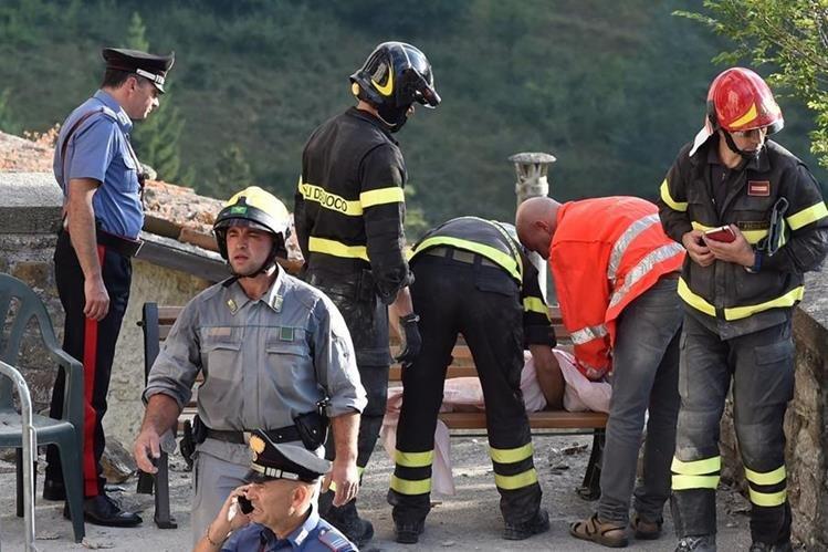 Los bomberos rescatan el cadáver de una niña, víctima del terremoto, en Arquata del Tronto, Italia. (Foto Prensa Libre: AFP).