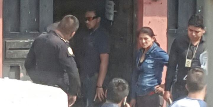 Autoridades trabajan en la residencia donde Claudia Ponce fue encontrada sin vida.