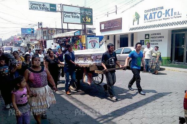 Blanca Eluvia Delgado fue inhumada en un cementerio de Chimaltenango. Su féretro fue llevado en la carreta de madera con la que trabaja su conviviente, José Ángel Borja. (Foto Prensa Libre: Víctor Chamalé)