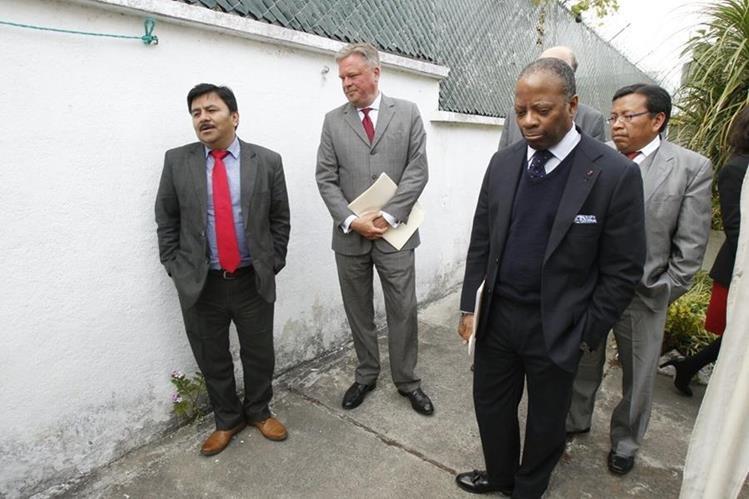 Los diplomáticos y el jurista guatemalteco después de la reunión oficial. (Foto Prensa Libre: Paulo Raquec)