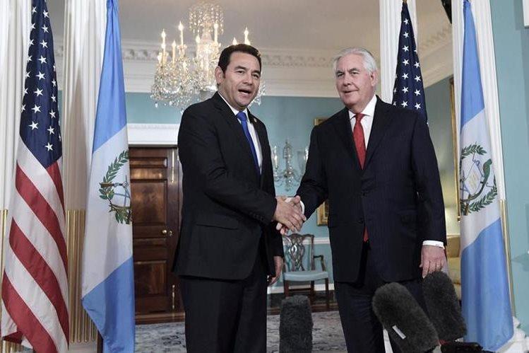 El presidente de Guatemala, Jimmy Morales (i), saluda al secretario de Estado de EE. UU., Rex Tillerson antes de una reunión en la sede del Departamento de Estado en Washington. (Foto Prensa Libre: EFE)