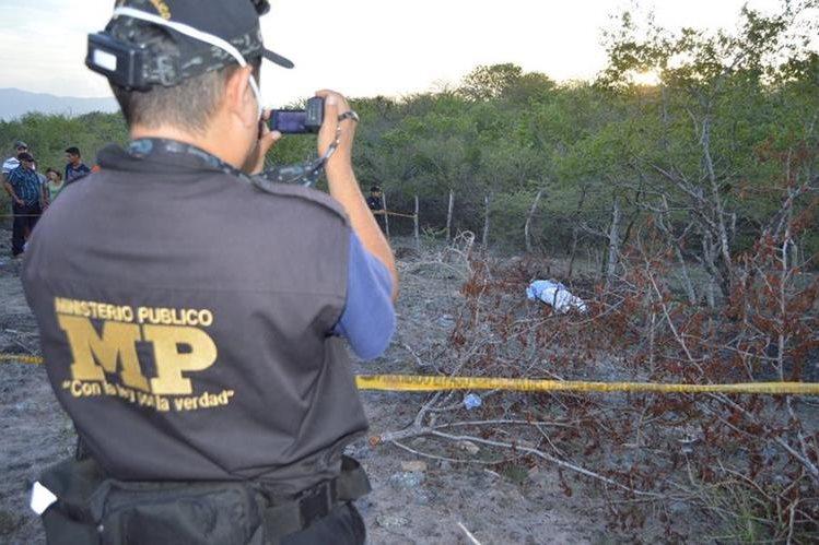 Peritos del Ministerio Público recaban evidencias en la cabecera de Zacapa, donde fue ultimado un hombre. (Foto Prensa Libre: Víctor Gómez)