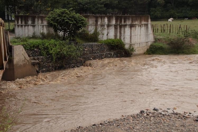 Cauce del río Naranjo en Gualán, Zacapa, se ha incrementado por la lluvia de las últimas horas. (Foto Prensa Libre: Víctor Gómez)