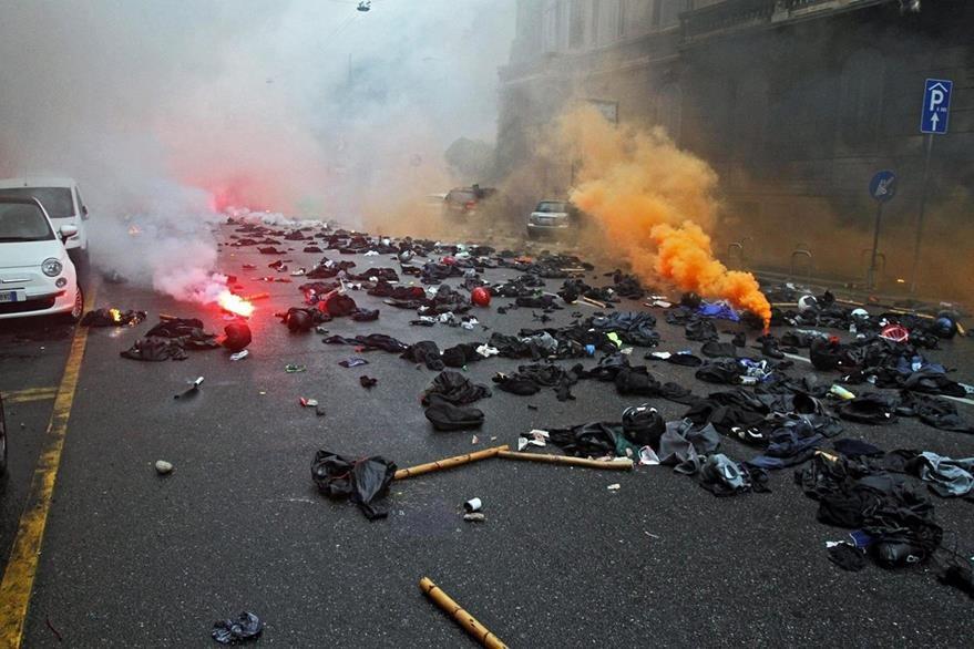 Restos de los enfrentamientos entre manifestantes y agentes de Policía durante las protestas. (Foto Prensa LIbre: EFE).