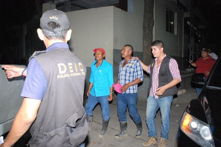 Los dos capturados son trasladados por agentes de la PNC a una subestación en la cabecera de Zacapa. (Foto Prensa Libre: Víctor Gómez)