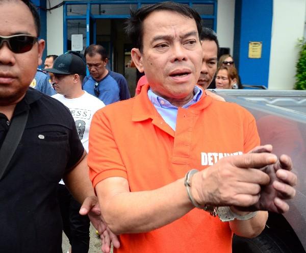Rolando Espinosa es escoltado por policías después de su detención en Albuera,Filipinas.(EFE)