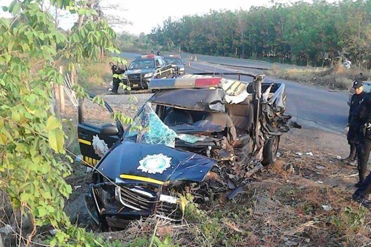 Autopatrulla en el que se conducían cinco agentes de la PNC de Retalhuleu quedó destruido en el kilómetro 127 de la ruta al suroccidente, en Santa Bárbara, Suchitepéquez. (Foto Prensa Libre: Rolando Miranda)