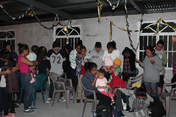 Niños migrantes interceptados son puestos a disposición de autoridades migratorias. (Foto Prensa Libre: Aroldo Marroquín)