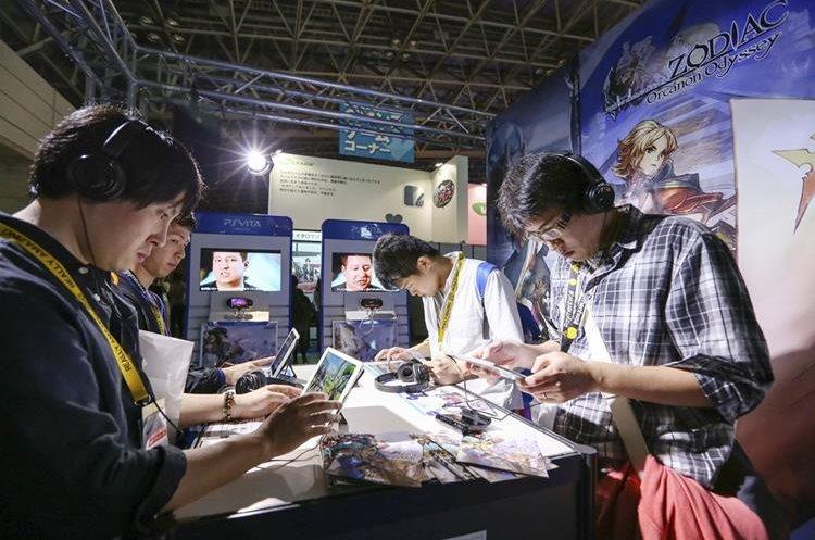 Visitantes jugan al Zodiac Orcanon Odyssey durante la Tokyo Game Show 2015. (PL_EFE)