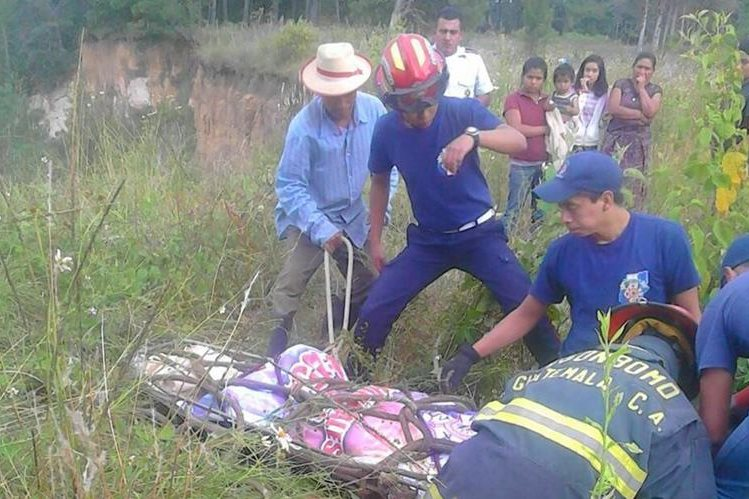 Socorristas rescatan cadáver de hombre que fue localizado en Santa Cruz del Quiché. (Foto Prensa Libre: Óscar Figueroa)