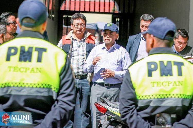 Entrega de equipo a agentes de la PMT de Tecpán Guatemala, Chimaltenango. (Foto Prensa Libre: Tomada del Facebook de la Municipalidad de Tecpán Guatemala)