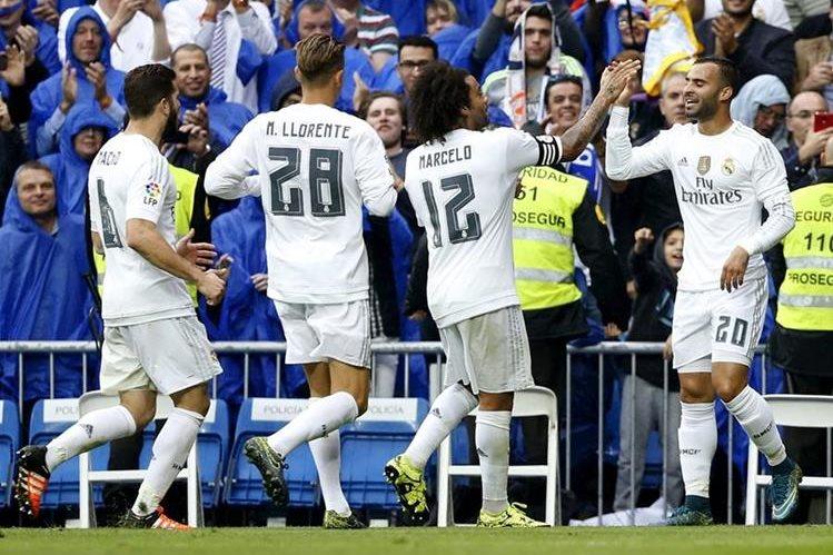 Jesé Rodríguez celebra con sus compañeros el gol que anotó hoy frente al Levante. (Foto Prensa Libre: EFE)