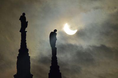 Eclipse visto desde Italia. (Foto Prensa Libre: AP)