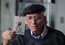Johnston tiene 87 años; aquí muestra una fotografía que data de la década de 1950, cuando era luchador profesional. Foto Prensa Libre: Érick Ávila.