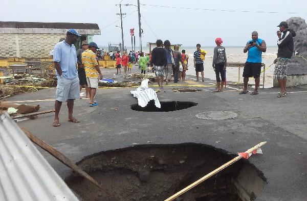 Varios curiosos observan daños dejados por Erika.