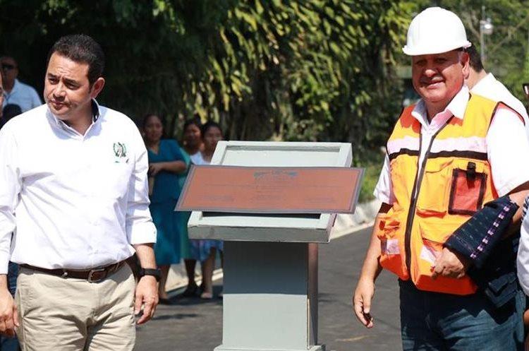 El presidente Jimmy Morales y Aldo García, jefe de la cartera del CIV, durante el acto de inauguración del tramo en Suchitepéquez. (Foto Prensa Libre: Cristian I. Soto)