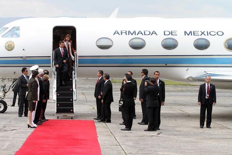 El presidente Enrique Peña Nieto (D) y su esposa Angélica Rivera (L) visitaron Guatemala en el 2012, como parte de una gira por Latinoamérica. (Foto Prensa Libre: Hemeroteca PL)