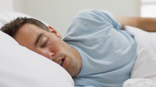 No es que dormir más el fin de semana cause obesidad, pero la obesidad sí parece ser más frecuente entre las personas con un mayor jet lag social.
