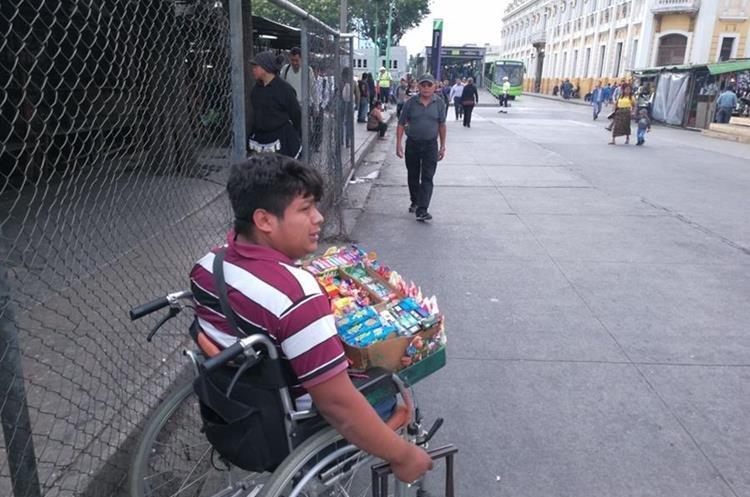 La adversidad no ha sido impedimento para Mazariegos, quien vende dulces en la zona 1 de la capital. (Foto Prensa Libre: Oscar García).