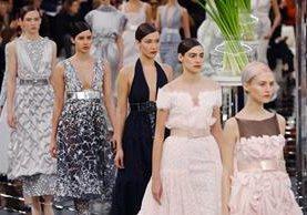 Las joyas de Chanel estuvieron a juego con los colores de su desfile de moda, el rosa y el gris. (Fotos Prensa Libre, EFE).