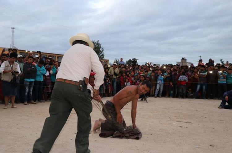 Uno de los presuntos delincuentes es azotado. (Foto Prensa Libre: Héctor Cordero).