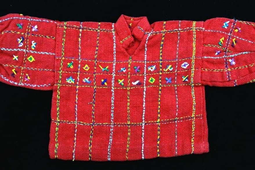 Replica del huipil de Santiago Chimaltenango, Huehuetenango. Destaca por su color y su diseño de influencia más occidental. Foto Prensa Libre: Museo Ixchel del Traje Indígena.