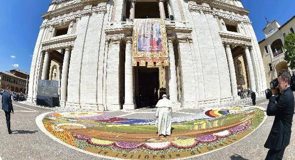 El Papa visita la iglesia Santa María de los Ángeles, en Asís.(AFP).