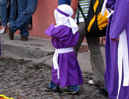 Cuéntele a los niños sobre la muerte de Cristo y su regalo para la humanidad. (Foto Prensa Libre: Roberto Urrea).