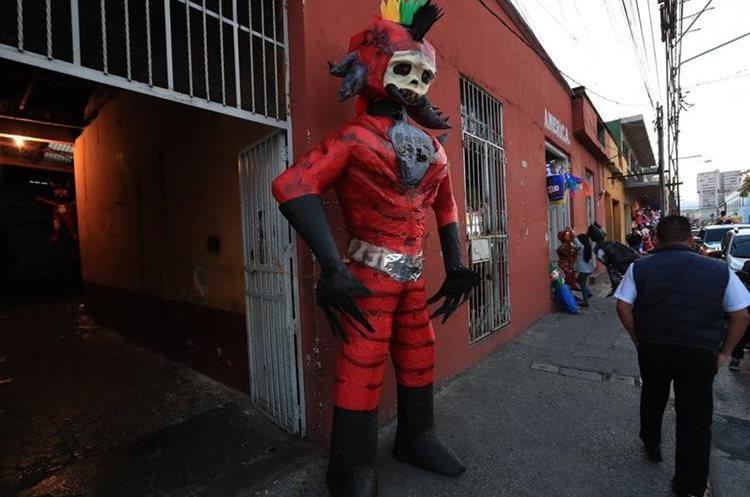 Piñatas muy altas están entre las más deseadas para la Quema del Diablo