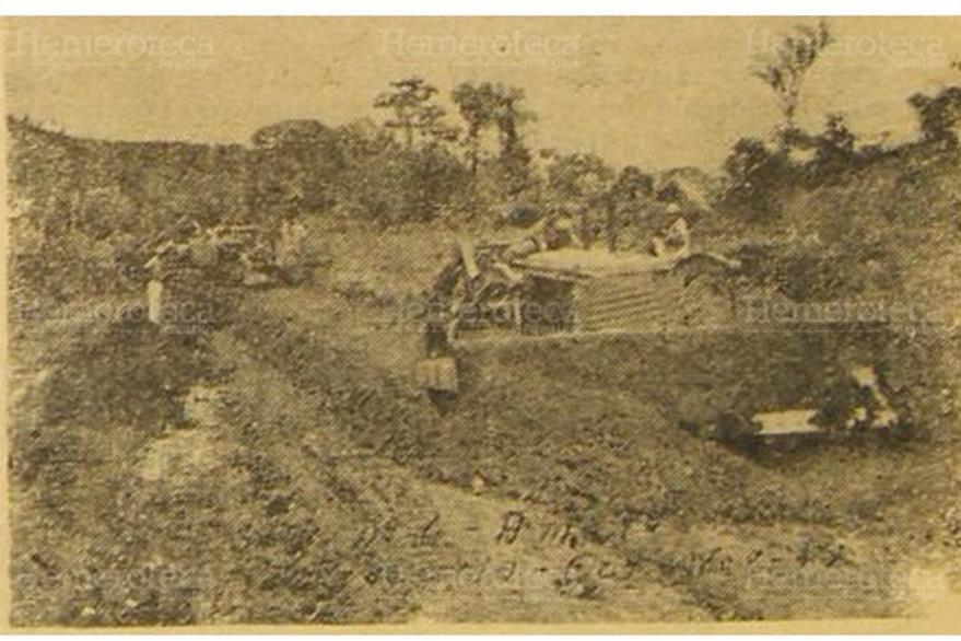 Maquinaria con la que Caminos trabaja en la ruta de terracería que lleva a Los Amates, Izabal, el 26 /1/1952. (Foto: Hemeroteca PL)