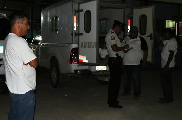 En el interior de la ambulancia, murió Jorge Gutierrez, su hermano Yoel, en el lugar del ataque en Santa Ana. Foto Prensa Libre: Rigoberto Escobar.