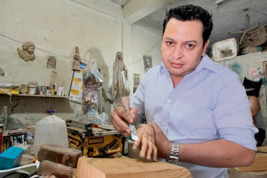 El artista  Jairo Arizandieta trabaja desde enero en encargos escultóricos de todo el país.