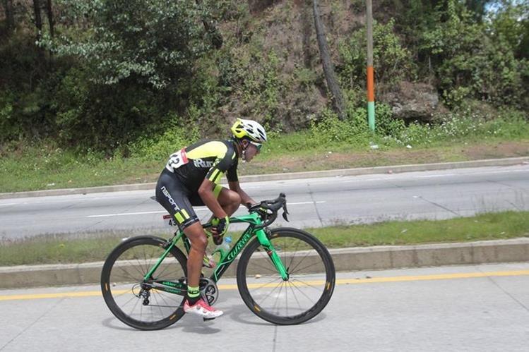 Nervin Jiatz durante su recorrido en la cuarta etapa de la Vuelta a Guatemala. (Foto Prensa Libre: Norvin Mendoza)