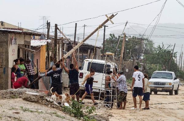 Mexicanos trabajan en la zona afectada por el huracán Newton en Los Cabos, Baja California.(Foto Prensa Libre:AFP).
