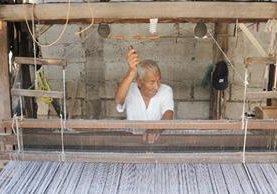 A los 82 años, Víctor Pereira trabaja en un telar de doble ancho en la aldea San Bartolo, Antigua Guatemala.