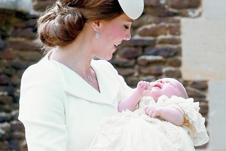Catalina, la duquesa de Cambridge, lleva a la princesa Carolta, para su bautizo, en la iglesia Santa María Magdalena. Carlota es la cuarta en el orden de sucesión al trono británico. (Foto Prensa Libre, EFE)