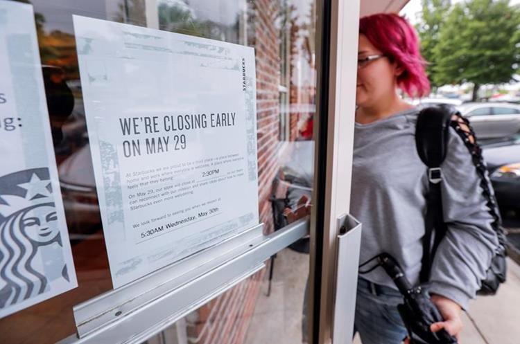 Un cartel avisa a los consumidores el cierre de un establecimiento de la cadena Starbucks en Atlanta, EE. UU.(EFE).