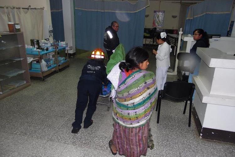 Socorristas trasladan al Centro de Urgencias Médicas de Chimaltenango a un adolescente que fue vapuleado. (Foto Prensa Libre: José Rosales)
