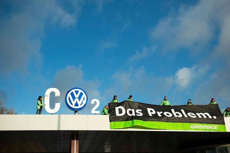 Activistas de GreenPeace critican a Volkswagen. (Foto Prensa Libre: Twitter)