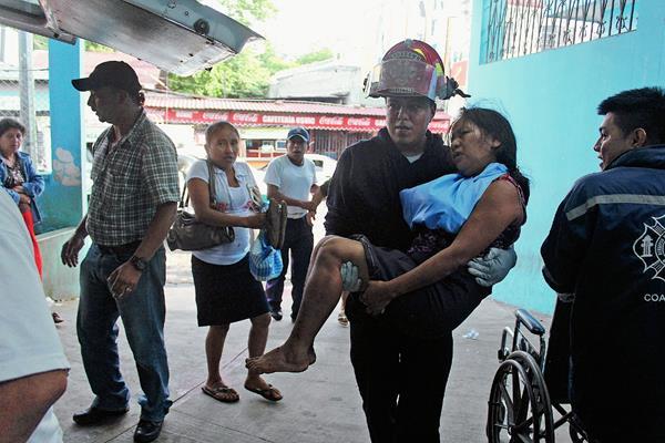 Rescatista ingresa a una de las heridas al Hospital Regional de Coatepeque. (Foto Prensa Libre: Aléxánder Coyoy)