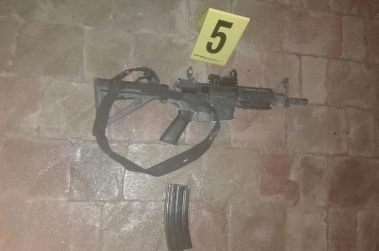 Las armas encontradas son 1 fusil Tavor, 1 Micro Tavor y un M-4 todos calibre 5.56 mílimetros con el registro borrado. (Foto Prensa Libre: PNC)