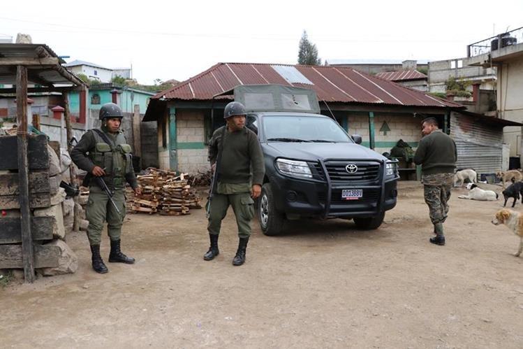 Soldados vigilan en el área de conflicto, donde aún se mantienen los enfrentamientos entre pobladores. (Foto Prensa Libre: Whitmer Barrera).