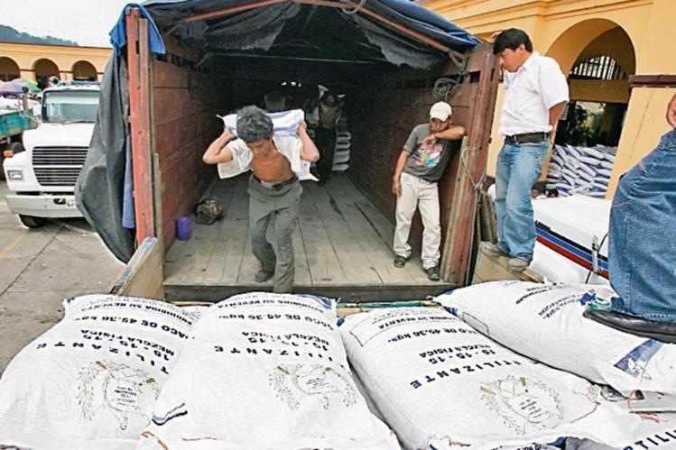 La entrega de un millón de sacos de abono concluyó la semana recién pasada.(Foto Prensa Libre:Hemeroteca PL)