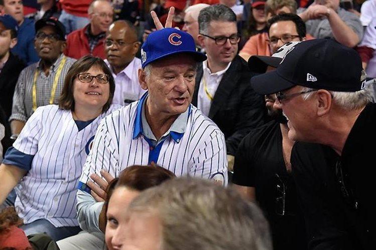 Karen Michael nunca imaginó que disfrutaría el sexto partido de la serie Mundial junto a Bill Murray. (Foto Prensa Libre: Twitter MLB)