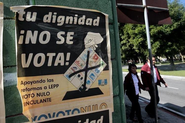 GUA6005. CIUDAD DE GUATEMALA (GUATEMALA), 05/09/2015. Detalle de afiches de campaña previo a las elecciones generales que se realizarán este domingo en Guatemala hoy, sábado 5 de septiembre de 2015, Ciudad de Guatemala. Los 7,5 millones de guatemaltecos habilitados para emitir su sufragio han sido convocados a las urnas para elegir a presidente y vicepresidente para el período 2016-2020, en un proceso electoral donde también se designará a 158 diputados, 20 legisladores al Parlamento Centroamericano y 338 corporaciones municipales. EFE/Esteban Biba