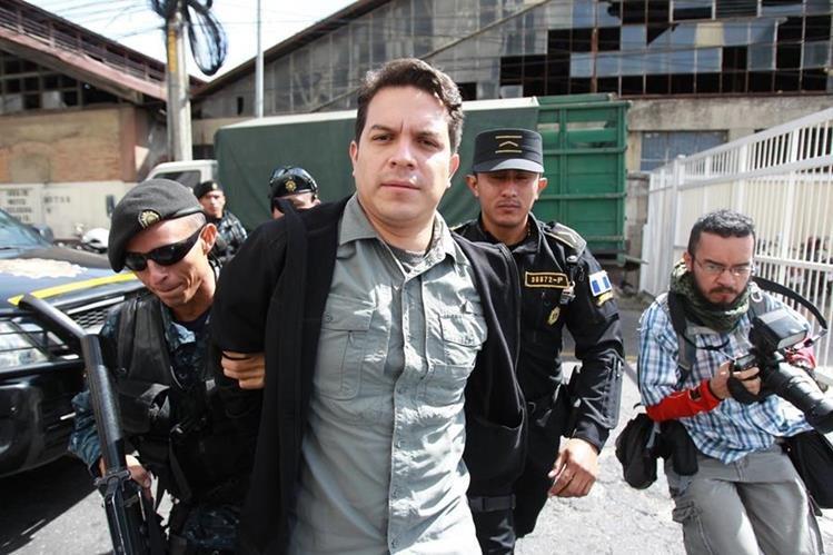 José Javier Donis Álvarez, gerente del Seguro Social, es llevado a la Torre de Tribunales. (Foto Prensa Libre: Estuardo Paredes)